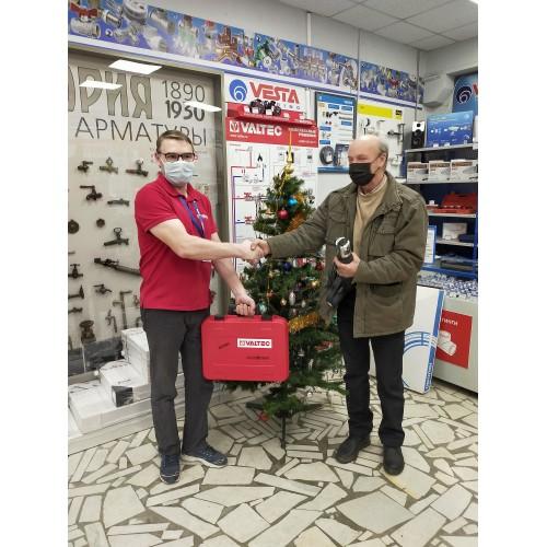 Поздравление наших клиентов с Новым 2021 г. и Рождеством с  вручением подарка , пресс-инструмента эл. VALTEC EFP203 (с 2-мя насадками V) в пластиковом ящике